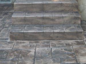 Las escaleras cubiertas con concreto estampado